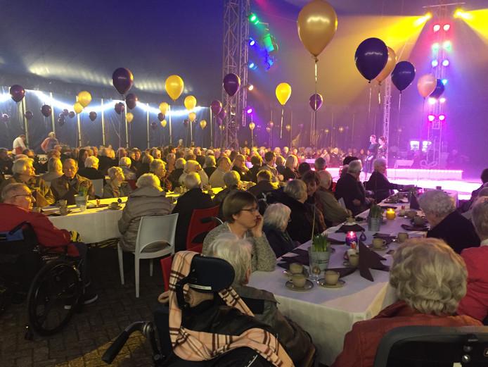 Zo'n 300 bewoners van woonzorgcentrum Het Laar in Tilburg genoten zaterdag van een feestmiddag in de circustent.