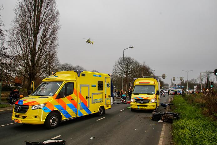 Bij een aanrijding tussen een auto en een scooter is een bestuurder vrijdagmiddag gewond geraakt. De scooterrijder is met spoed naar het ziekenhuis gebracht. Zijn toestand is onbekend.