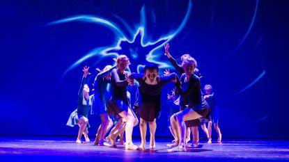 Harmonieorkest De Volksvreugd, dansgroep Pro Danza en zanger Tim Saey samen op het podium tijdens 'The Greatest Show'