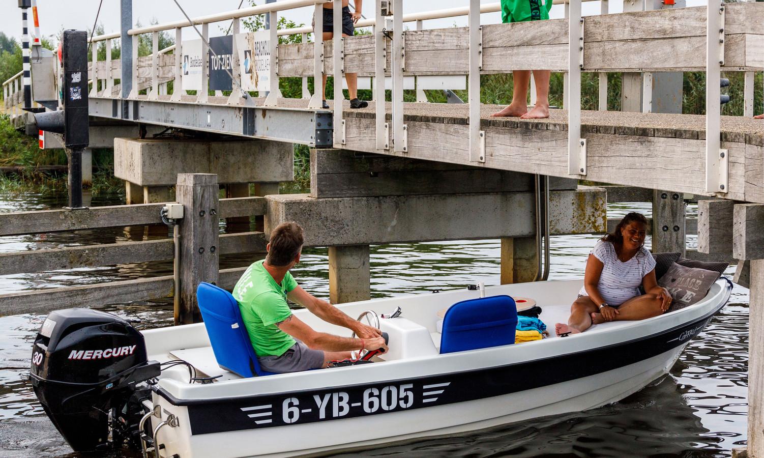 DS-2020-JANSKE - GIETHOORN - De brug bij vakantiepark Bodelaeke is populair bij de plaatselijke jeugd. Niet iedereen is daar blij mee... ©Martijn Bijzitter