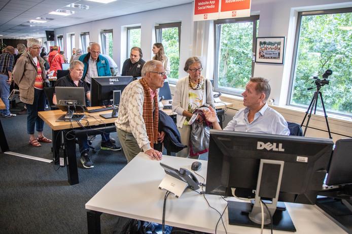 Verslaggever Henry van der Wal legt uit wat hij doet.