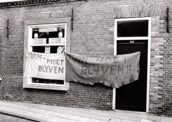 Het winkeltje van 'Toon Job', voluit Toon den Dungen, in Westerhoven ging in 1984 dicht. In het dorp waren veel mensen daar niet blij mee. Er werd onder meer met spandoeken een actie op touw gezet.
