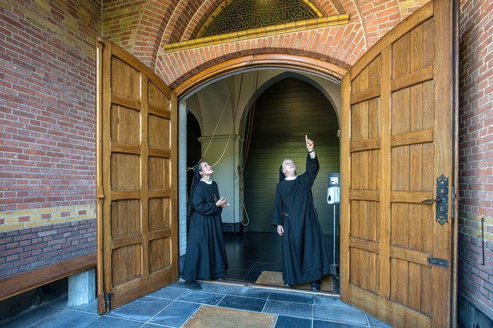 De Onze Lieve Vrouwe Abdij ondergaat binnenkort een verbouwing. Zuster Martha (links) en zuster Lydia bekijken de huidige situatie bij de ingang van de kerk.