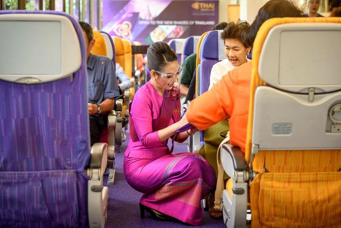 Dans la ville touristique de Pattaya, ces passagers d'un nouveau type prennent place dans les sièges de la première classe d'un avion désaffecté.
