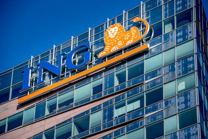 Het kantoor van ING in Amsterdam. De bank ligt voor de tweede keer onder vuur dit jaar.  Eerder was er al opspraak rond de salarisverhoging die de raad van commissarissen ceo Ralph Hamers wilde toekennen.