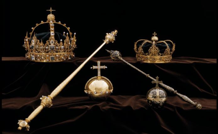 De kronen en de 'rijksappel' die werden ontvreemd uit de kathedraal van Strängnäs.