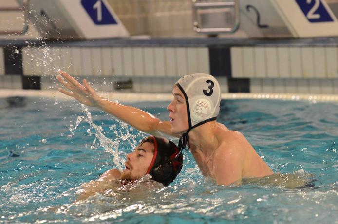 De waterpoloërs van DZK (witte caps) nemen revanche op Oceanus en winnen met 5-9.
