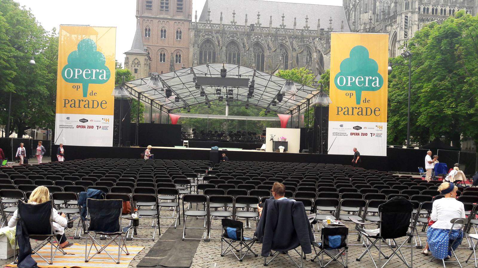 Archieffoto: de eerste mensen zitten klaar voor Opera op de Parade (2017).