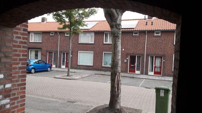 Voor deze brandgang bij de Prinses Irenestraat in Bergen op Zoom stonden in de nacht van maandag op dinsdag een politiewagen en ambulance om de 17-jarige op te vangen die door zijn been was geschoten.