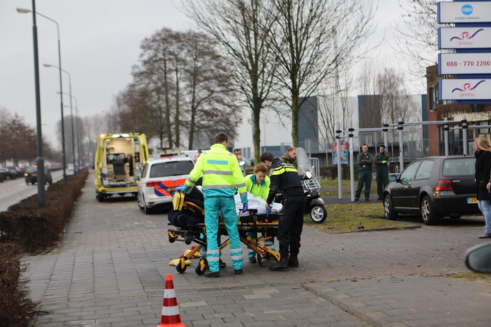 De scootterrijder werd per ambulance naar het ziekenhuis gebracht.