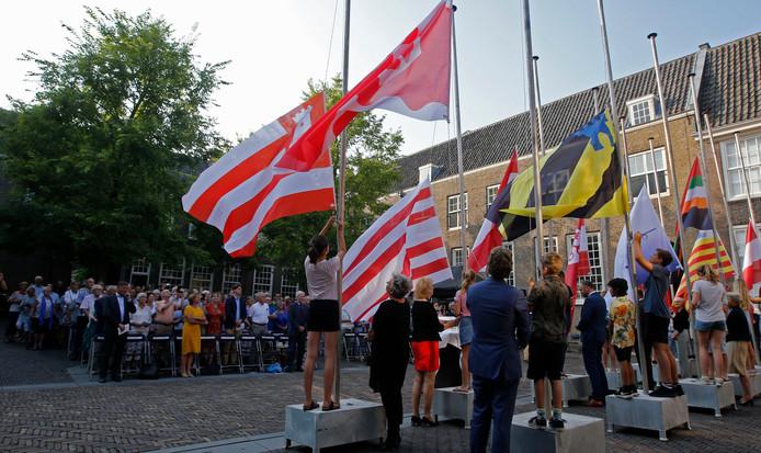 Kinderen hesen vorig jaar de vlaggen van de twaalf steden die bij de Eerste Vrije Statenvergadering aanwezig waren.