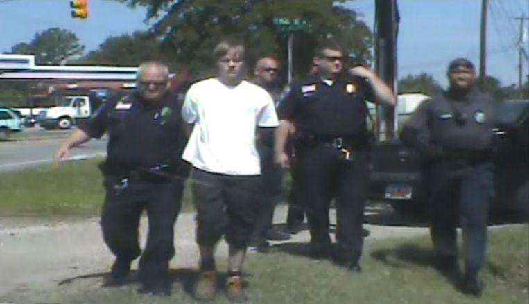 Dylann Roof had na zijn zestien uur durende vluchtpoging honger. De agenten die hem arresteerden vonden dat hij een hamburger mocht krijgen, zo verklaart de politiechef.