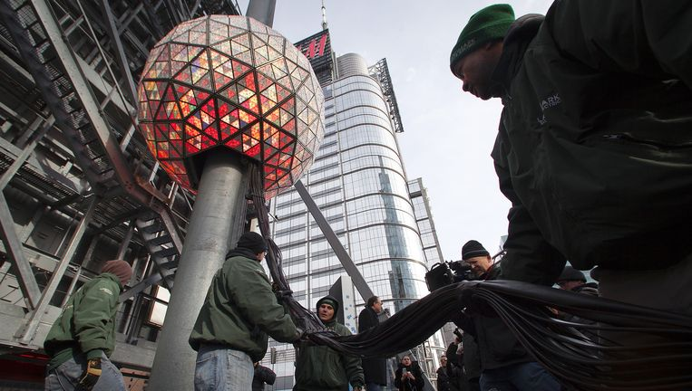 In de Times Square Ball in New York die op Oudejaarsavond 43 meter zakt, zitten ruim 32 duizend ledlampen van Philips. Beeld REUTERS