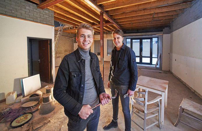 Martijn van Loon (links) en Maurits ter Horst hebben zelf het sloopwerk gedaan in hun nieuwe eettent in de Peperstraat. Burgerbar Ome Toon gaat in mei open.
