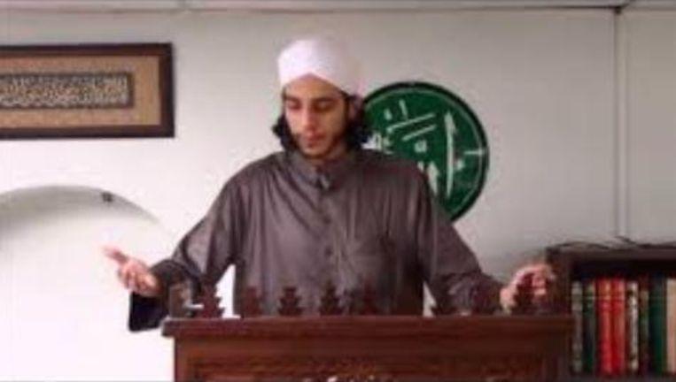 Imam Youssef El G. tijdens het vrijdaggebed.