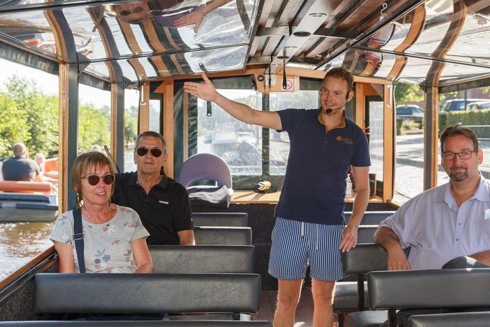 Schipper Roy Knoop van 'Rondvaart de Rietstulp' in de rondvaartboot. Klaar voor vertrek. H