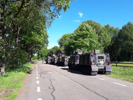 De vier rupsvoertuigen staan even langs de kant van de weg tussen Ottersum en Milsbeek voor een wisselpauze.