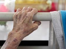 Demente man (86) moet eerst paar keer uit bed vallen voor hij bedhek terugkrijgt