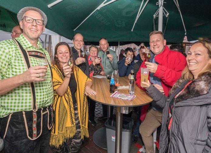 Bierfestival de Kroon Wissenkerke; eigenaar John Baaij (links) met bierproevers.