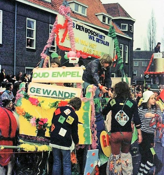 'Als Den Bosch niet wil betalen, gaan wij het gas zelf halen'. Inwoners van Oud-Empel en Gewande protesteren in de carnavalsoptocht van 1975 in Den Bosch tegen het ontbreken van nutsvoorzieningen.