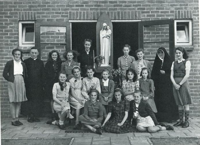 Uit de MMS-tijd: de middelbare meisjesschool Regina Mundi in Oss, de voorloper van het huidige Maaslandcollege.