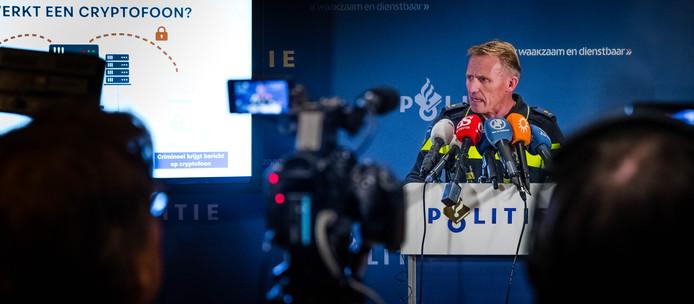 Aart Garssen, hoofd regionale recherche, tijdens de persconferentie over het onderscheppen en ontcijferen van versleutelde telefoons uit het criminele circuit.