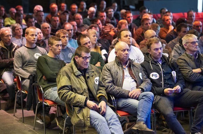 Boeren wonen op 11 oktober jongstleden het stikstofdebat in het provinciehuis in Den Bosch bij.