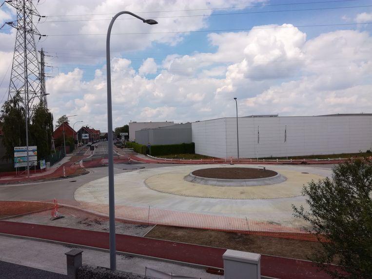 Het kruispunt aan Balta in Sint-Baafs-Vijve, dat de afgelopen weken omgevormd is tot een rond punt, gaat normaal eind juni opnieuw open.