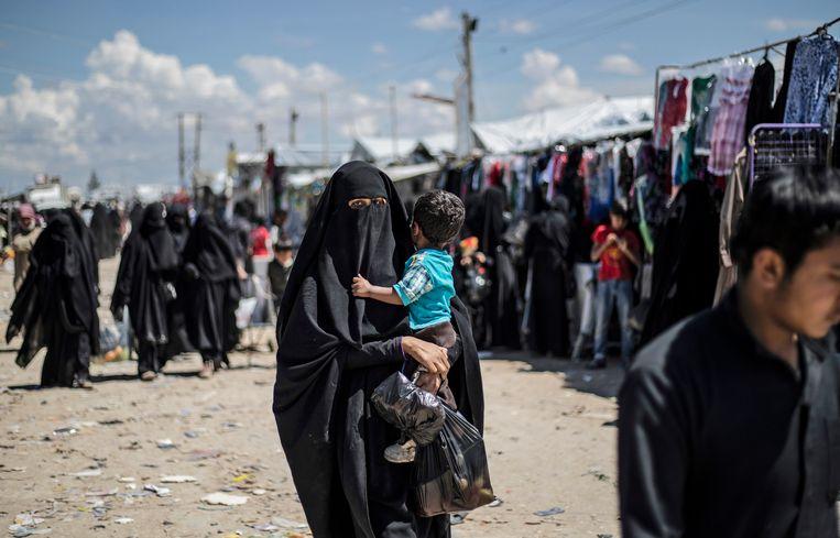 Een IS-vrouw en haar kind in het deportatie kamp al Hol. Beeld AFP