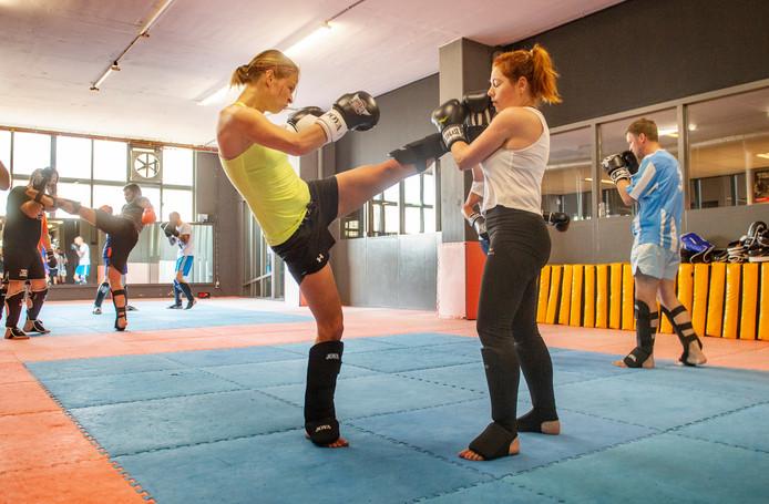 Marieke Verbruggen (rechts) en Eefje van Stiphout in training voor het kickboxgala.