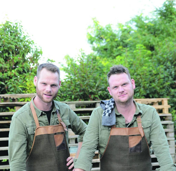 Kamiel (links) en Hendrik Buysse uit Oostburg zijn Blend. Ze leiden een maand lang restaurant Isono in Hong Kong.