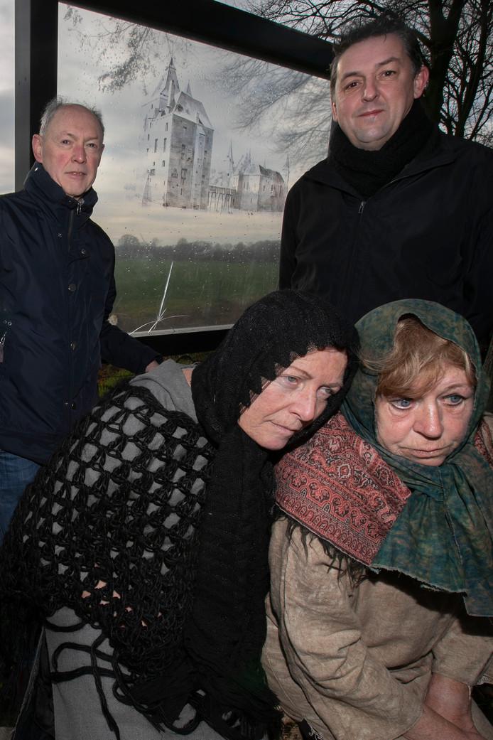 Filmproductie over het Kasteel in Mierlo staand Rinus Sloots (l) en Gerald Fransen; zittend de 'heksen' Annelies van Hout (l) en Wilma van Lierop.