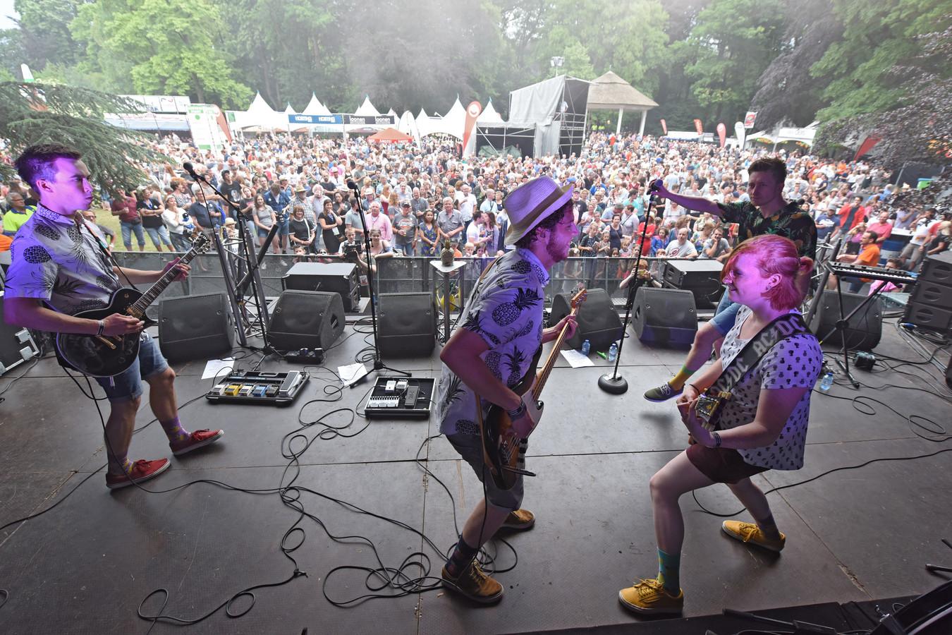 De band Pineapple Madness voor een vol veld.