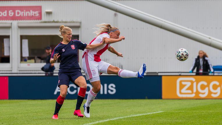 Stefanie van der Gragt raakt de bal verkeerd en scoort een eigen doelpunt.   Beeld BSR Agency