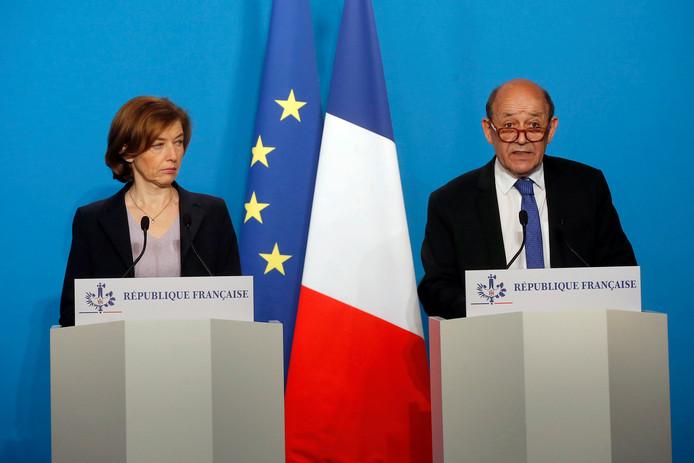 De Franse minister van Defensie Florence Parly (l) en haar collega van Buitenlandse Zaken Jean-Yves Le Drian vanmorgen vroeg tijdens teen persconferentie naar aanleiding de raketaanvallen in Syrië.