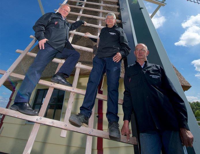 Ab Jansen (links), Nico Hol (midden) en Jan van den Brink bij de nieuwe Puurveense Molen, afkomstig uit Winterswijk.