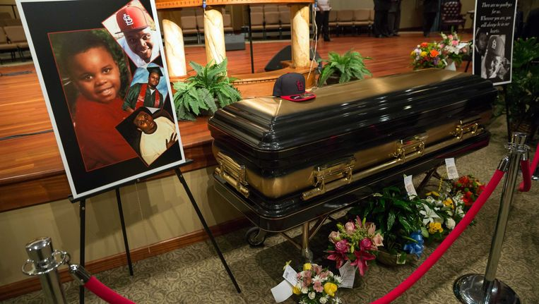 De kist van Michael Brown ligt voor in de kerk. Beeld EPA