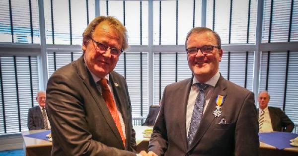 Burgemeester korendijk servaas stoop is 39 ridder in orde for Stoop eindhoven