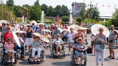 Met parasol in de hand... komt men door heel Tomorrowland