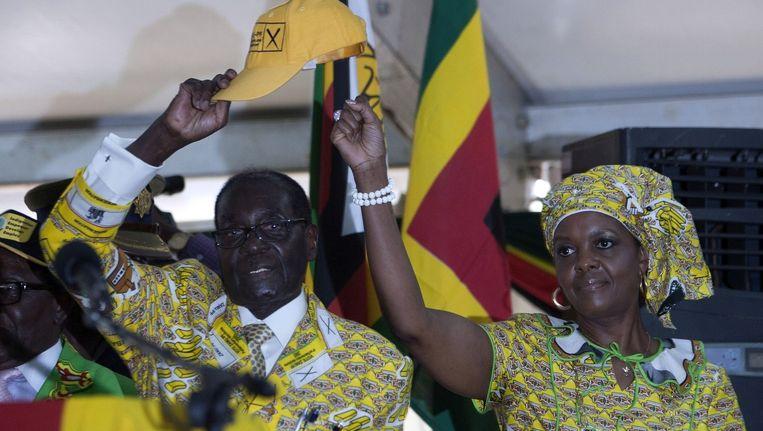 De Zimbabwaanse president Robert Mugabe en zijn vrouw Grace Mugabe, de moeder van Russell Goreraza.
