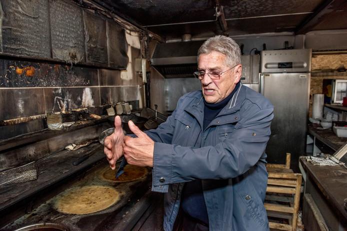 Ferry Vertrepen van cafetaria De Fer komt bekijkt de schade in zijn afgebrande cafetaria.