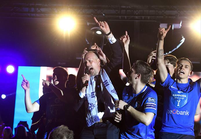 Belle communion entre les supporters et les joueurs du Racing Genk, jeudi soir, pour fêter le quatrième titre de l'histoire du club limbourgeois, obtenu grâce à un partage au Parc Astrid.
