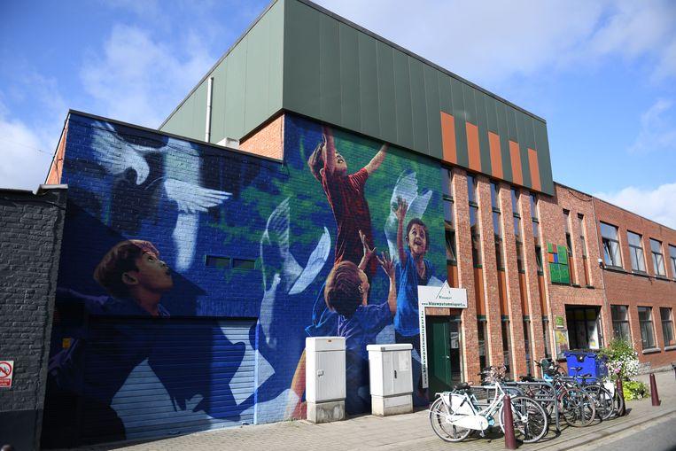 Een muurschildering siert de gebouwen.