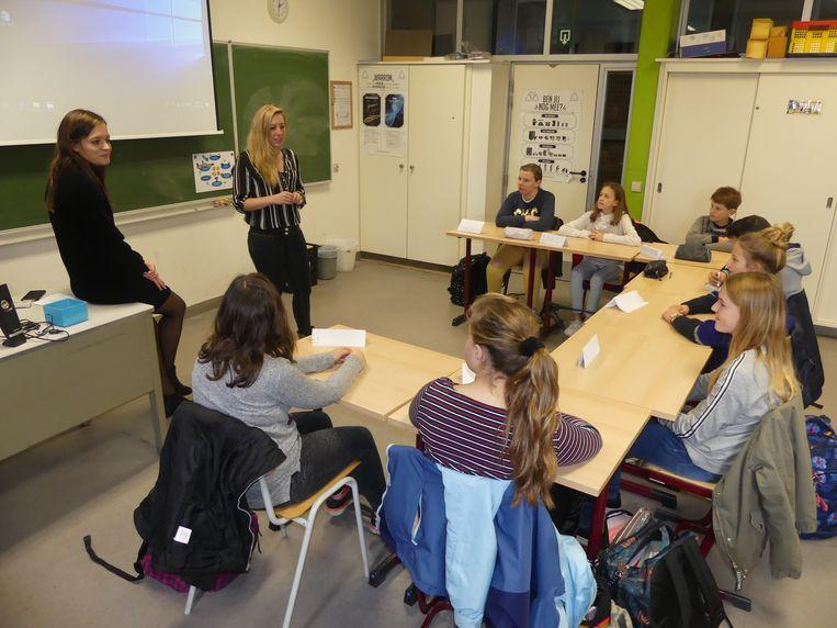 Laura Wante en Brenda Volkaert geven een voorsmaakje van hun Boost Camp aan enkele leerlingen van GO! Erasmusatheneum Deinze.