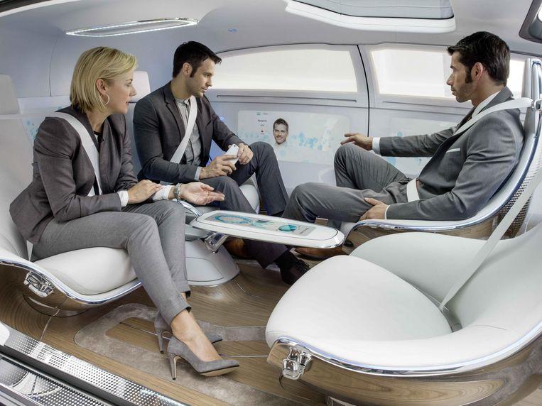 Op de langere termijn komen er auto's die online met elkaar in verbinding staan. Die kunnen in konvooi dicht op elkaar rijden. Beeld Mercedes Benz