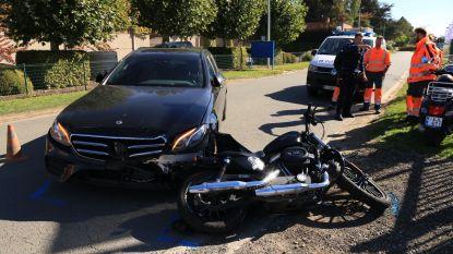 Frontale botsing tussen auto en motor
