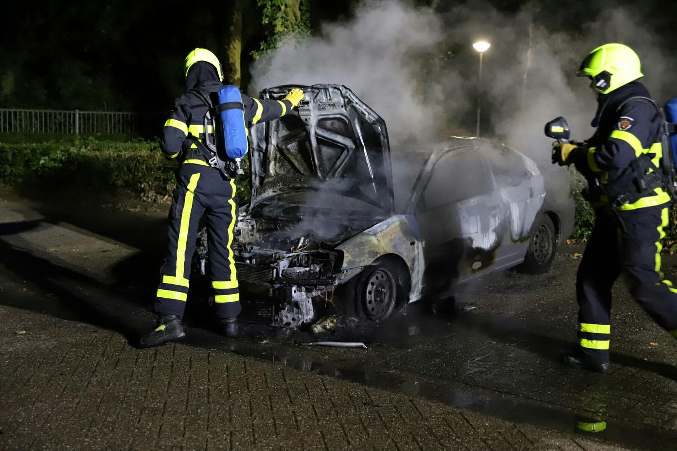 De in Geldermalsen geparkeerde auto is volledig uitgebrand.
