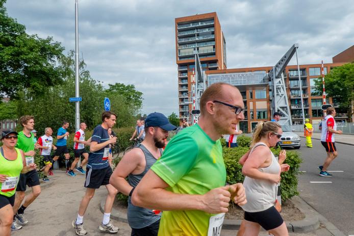 Lopers rennen langs de Piushaven tijdens de eerste editie van de marathon van Tilburg.