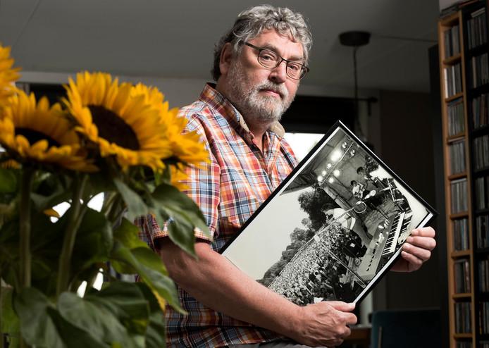 Hennie de Jong met een foto, waarop hij te zien is als Harry Klorkestein tijdens een optreden in Tilburg voor 32.000 toeschouwers.