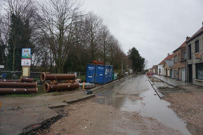 De dorpskernvernieuwing van Snaaskerke, zoals hier in de Dorpsstraat, gaat onverminderd door.